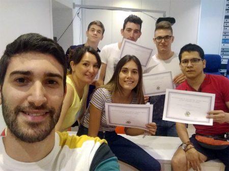 Alumnos con el certificado de curso Aptis